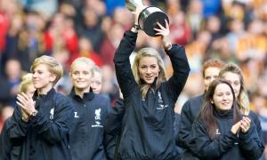 Ladies perlihatkan trofi WSL di Anfield