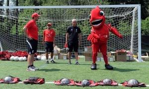 Rush dan Mighty Red kunjungi sekolah sepakbola
