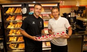 Lambert dan Lucas kunjungi Dunkin' Donuts di Cambridge